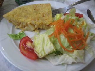 Tortilla y ensalada