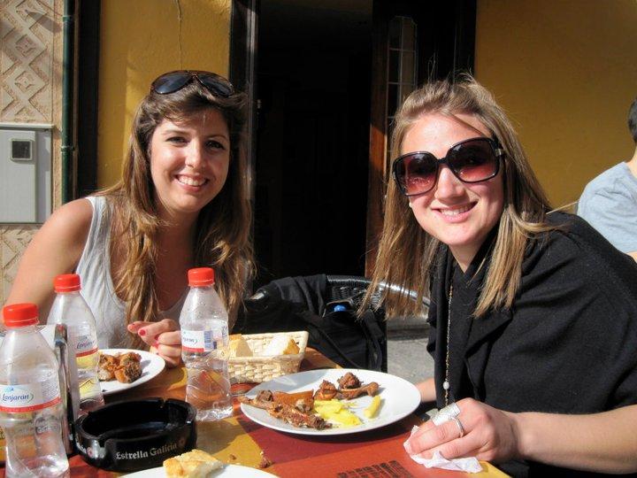 Liz y catalina comiendo