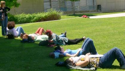 Españoles hacen a pesar de que se echen la siesta al menos a la mayoría sigue así.