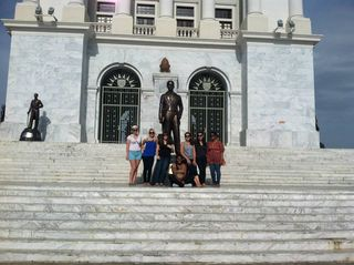 a quick photo by the Monumento during the city tour