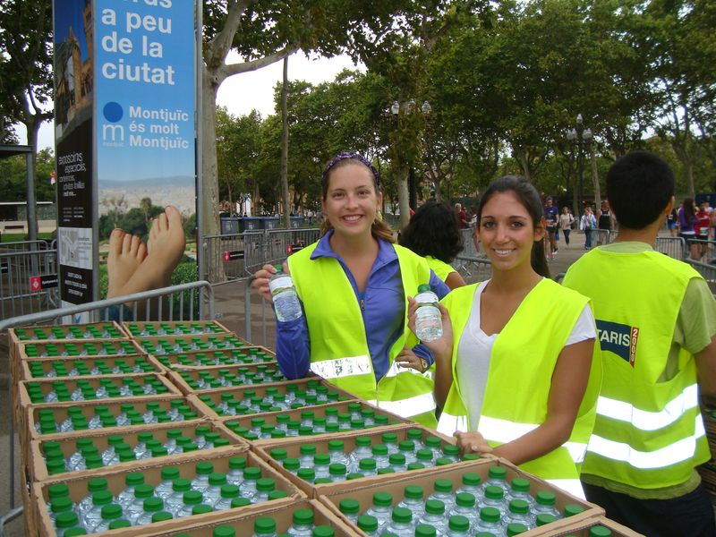 Quijotes students volunteering at a local race