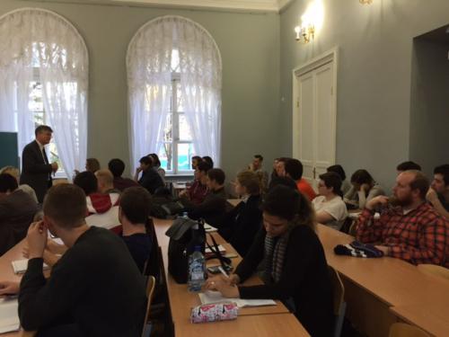 4. Academics слушают лекцию