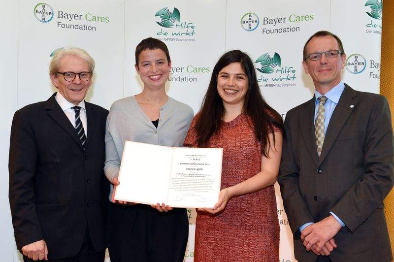 5. In May 2015 Jourvie received the Aspirin Social Award by the Bayer Cares Foundation_Photo by Bayer